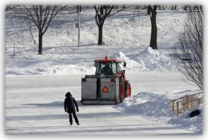 Soudain une machine robuste nettoie les aspérités de la patinoire pour la sécurité des visiteurs et patineurs